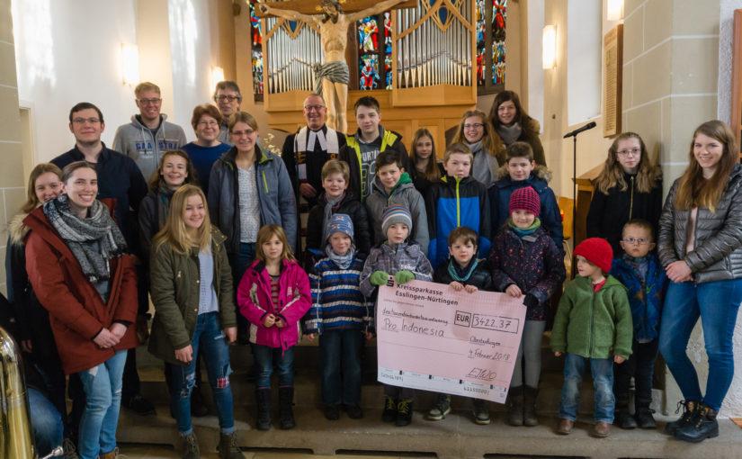 Sumbangan dana dari Jemaat Oberboihingen untuk ProIndonesia dalam rangka mengumpulkan pohon Natal